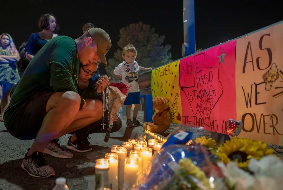 Människor sörjer under en minnesstund för offren i masskjutningen i El Paso, Texas. Arkivbild.
