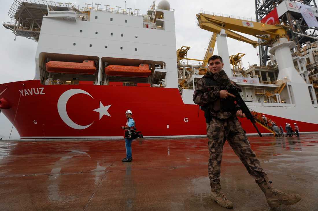 Det turkiska fartyget Yavuz i en hamn i Istanbul i Turkiet innan det färdades till Cypern för att borra efter olja och gas. Arkivbild.