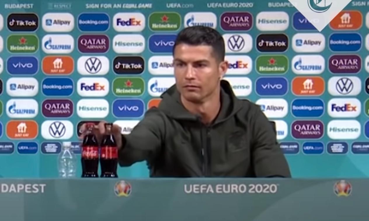 """Cristiano Ronaldo flyttade på läskflaskorna och upp sa """"drick vatten"""", det fick Coca Colas aktie att dyka."""