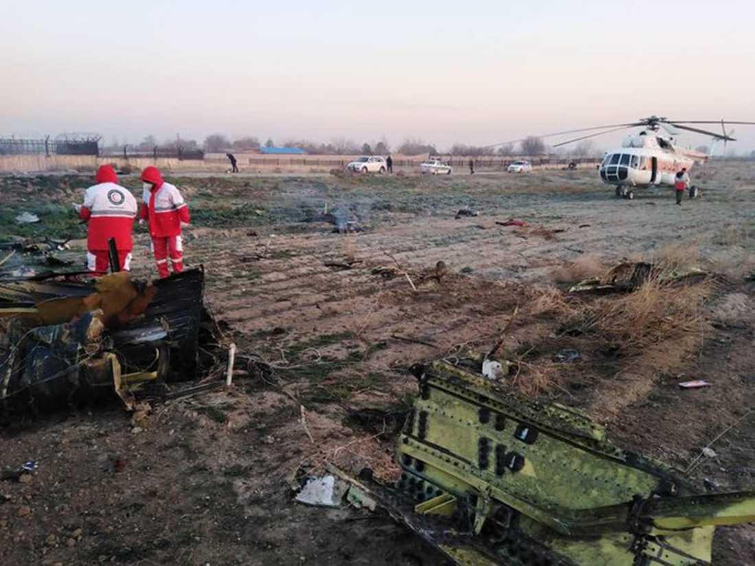 Bild visar nedslagsplatsen och sjukvårdspersonal.