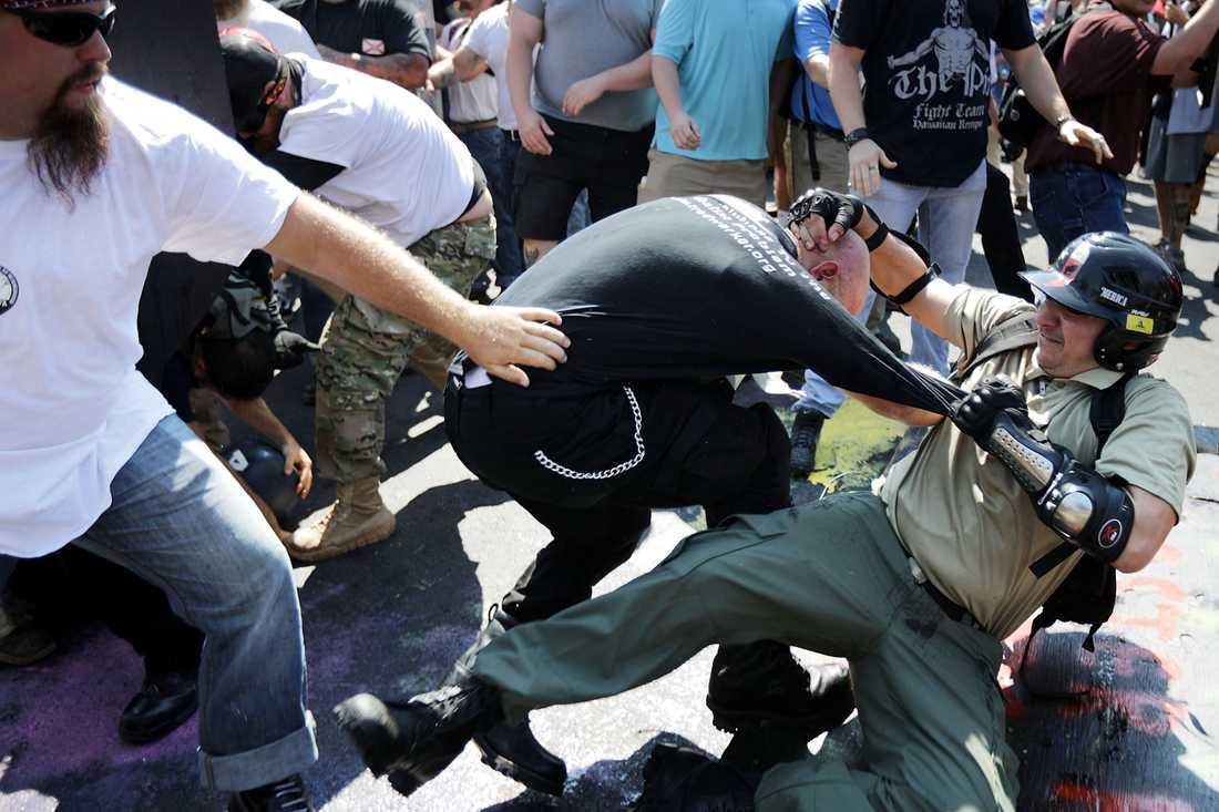Sammandrabbningar mellan högerextremister och motdemonstranter i Charlottesville, Virginia.