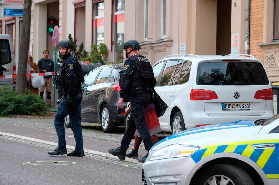 Poliser vid en markerad patronhylsa i Halle.