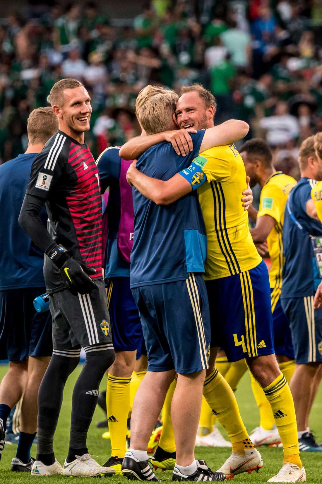 Andreas Granqvist och Peter Wettergren kramar om varandra efter segern mot Mexiko.
