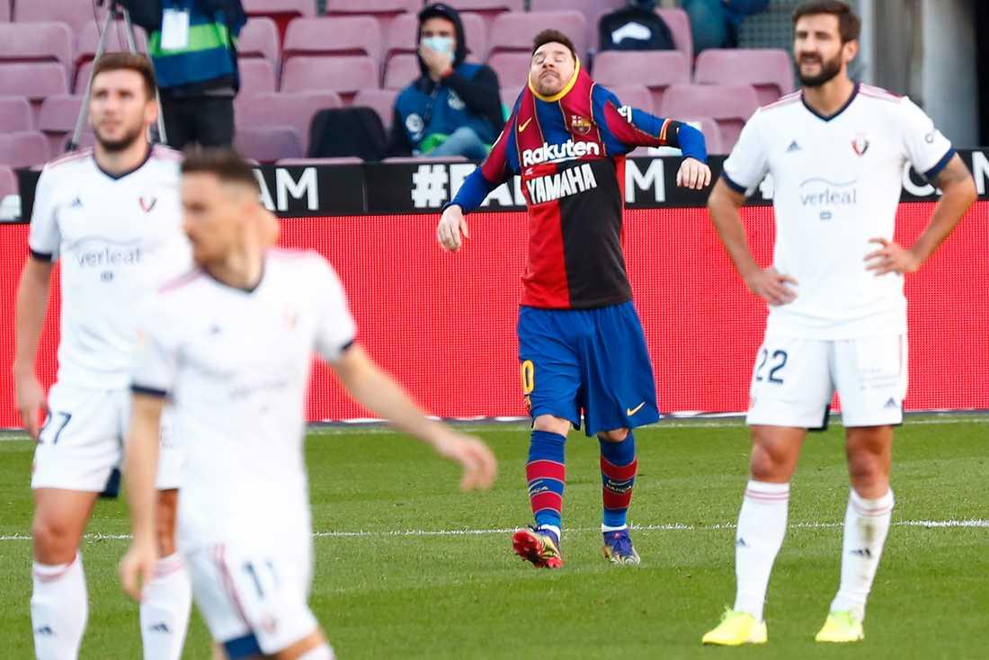 Lionel Messis Maradona-hyllning bestraffas. På bilden ser man tröjan från Newell's Old Boys.