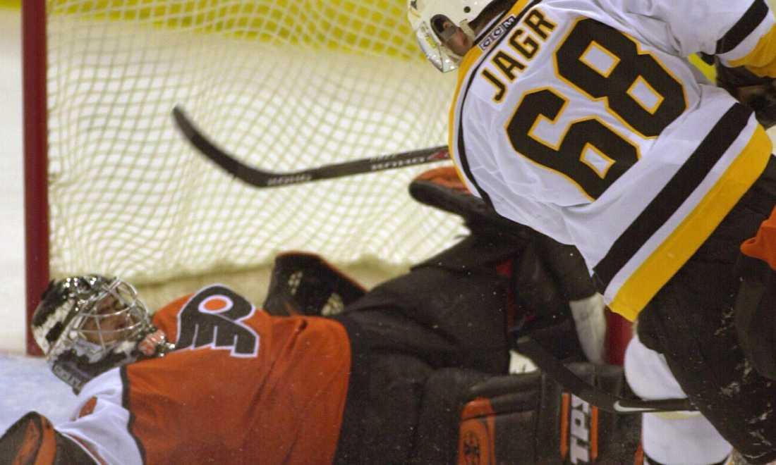7 februari 2001 krossade Penguins Roman Cechmaneks Philadelphia Flyers med 9-4. Här gör Jagr ett av målen.