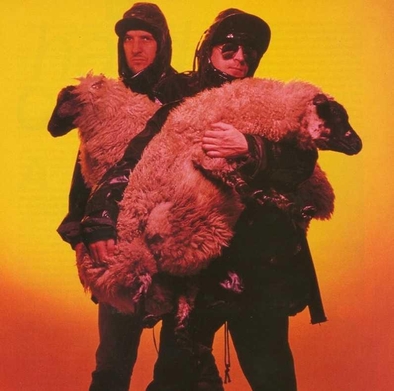 Bill Drummond och Jim Cauty med ett par får