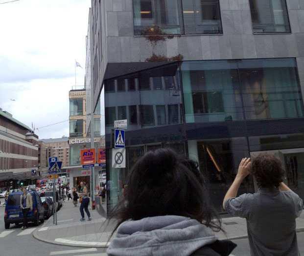 Flera tusen bin satt på fasaden till H&M:s huvudkontor på Mäster Samuelsgatan i Stockholm på fredagen.