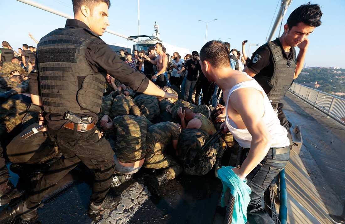 Polisen försöker skydda kuppmakarna från civilbefolkningen.