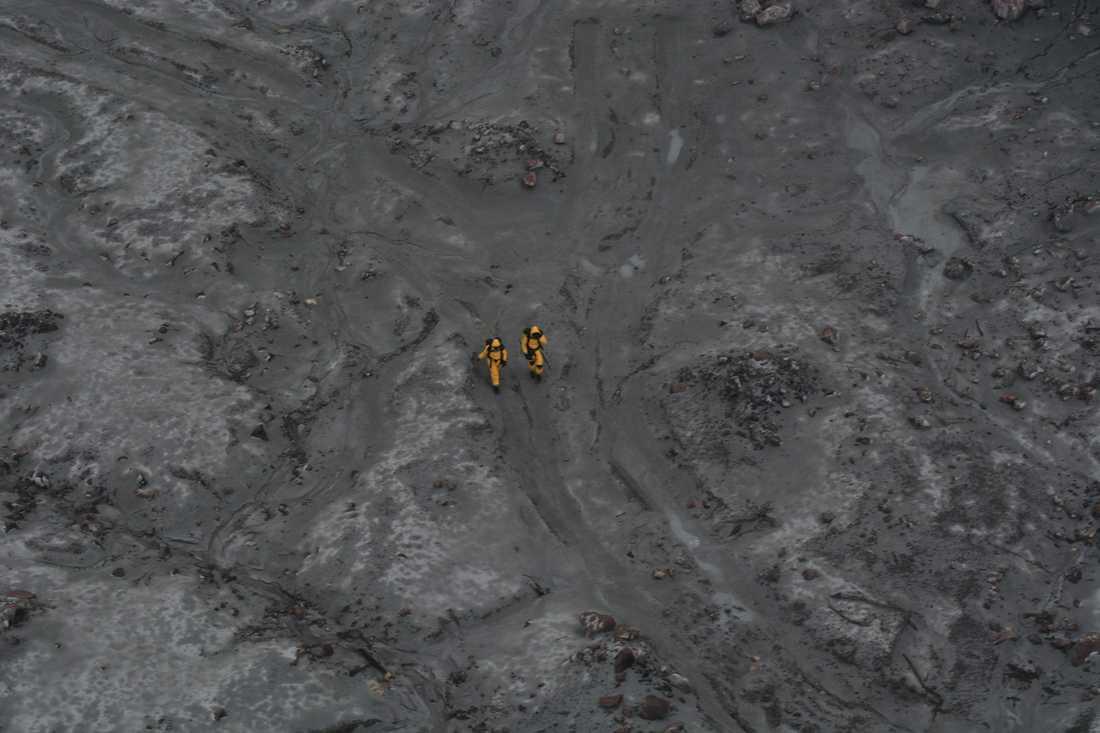 Två bombexperter på White Island, i en av de första bilderna som släppts från uppdraget.