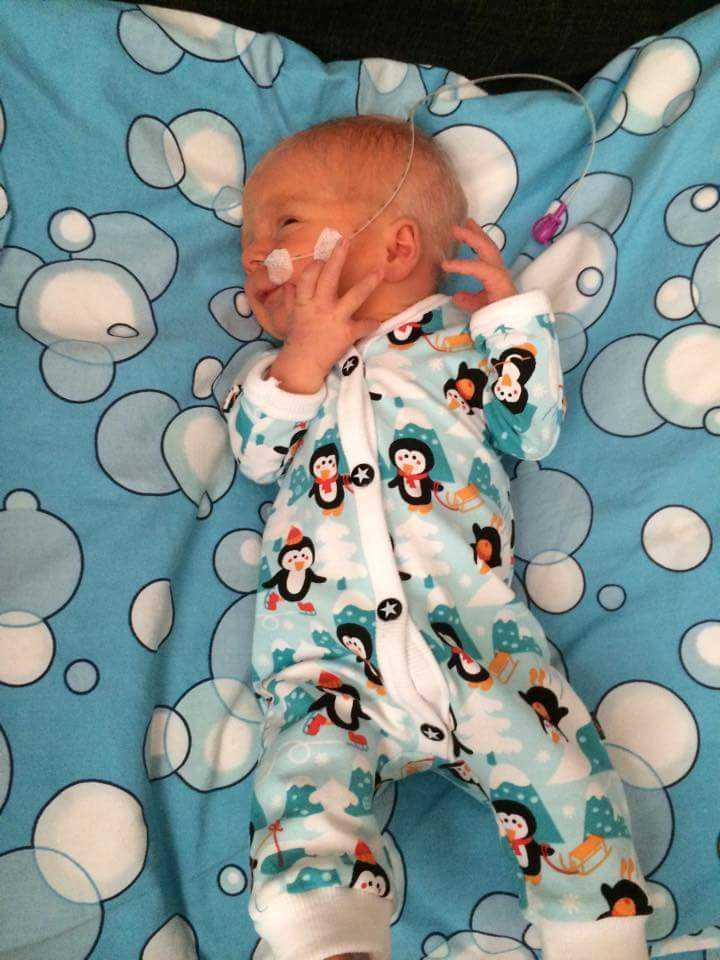 Kläderna måste vara lätta att öppna eftersom de nyfödda ibland behöver slangar till kroppen.