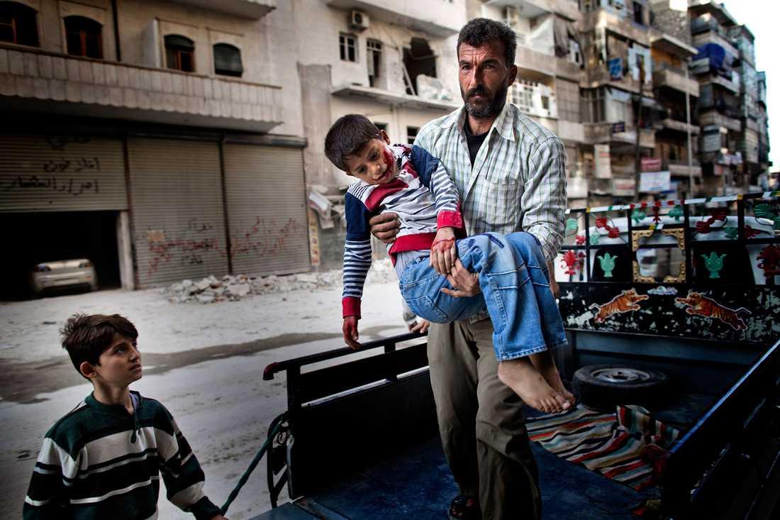 Sexårige Mustafa bärs in på sjukhuset av sin far. Mustafa var ute och lekte med sin kusin när han träffades av splitter från en granat.