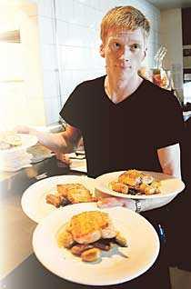 tröttnade på att stämpla Kim Ivesund, 27, är en av tusentals svenskar som har flytt den höga ungdomsarbetslösheten i Sverige –och fått ett heltidsjobb som servitör i Norge.
