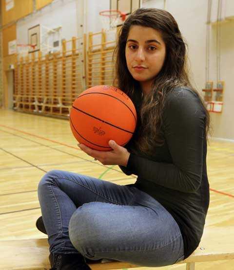 """""""känner mig kränkt"""" Sara Omeirat, 16, blev utvisad när hon spelade basket med en t-shirt under linnet. """"Jag känner mig kränkt och har mått jättedåligt efter de här händelserna"""", säger hon."""