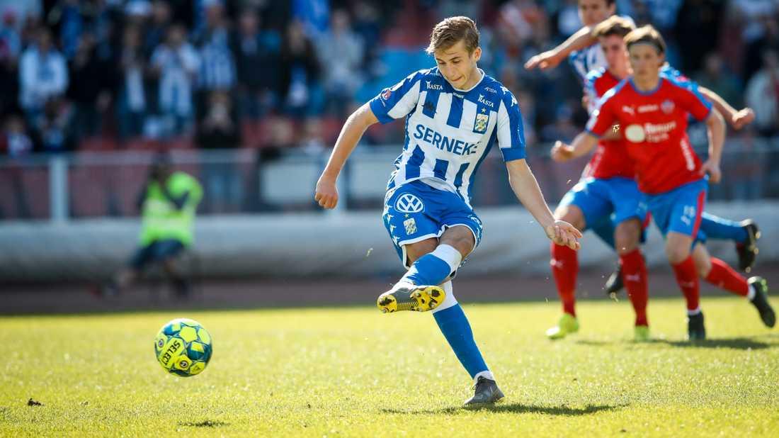 Benjamin Nygren gör mål på straff mot Helsingborg i allsvenskan i våras. IFK Göteborgs bötfälldes efter hans övergång till Genk, men har överklagat beslutet.