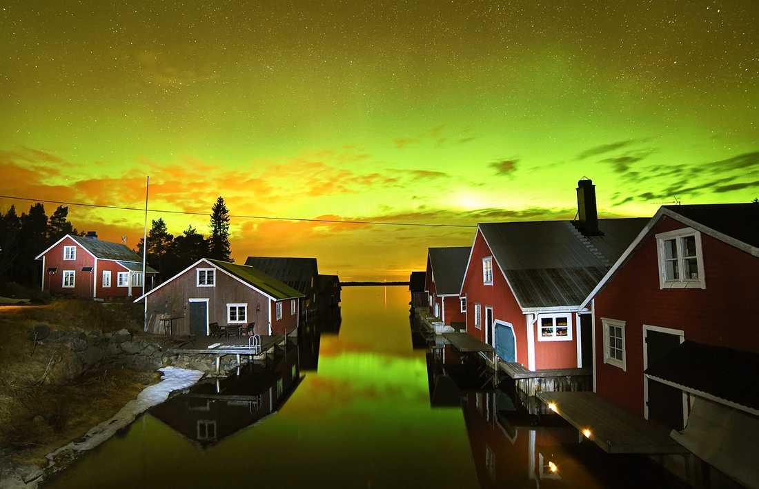Fotografen Seth Nilsson var ute med kameran natten mot söndag och tog bland annat den här bilden på Hudviksvalls skärgård.