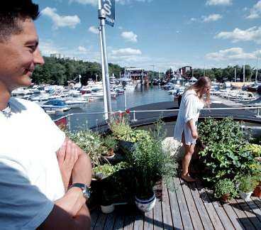 Trädgård kan man faktiskt ha även om man bor på en båt. Linus och Linda odlar både potatis och tomater ombord.