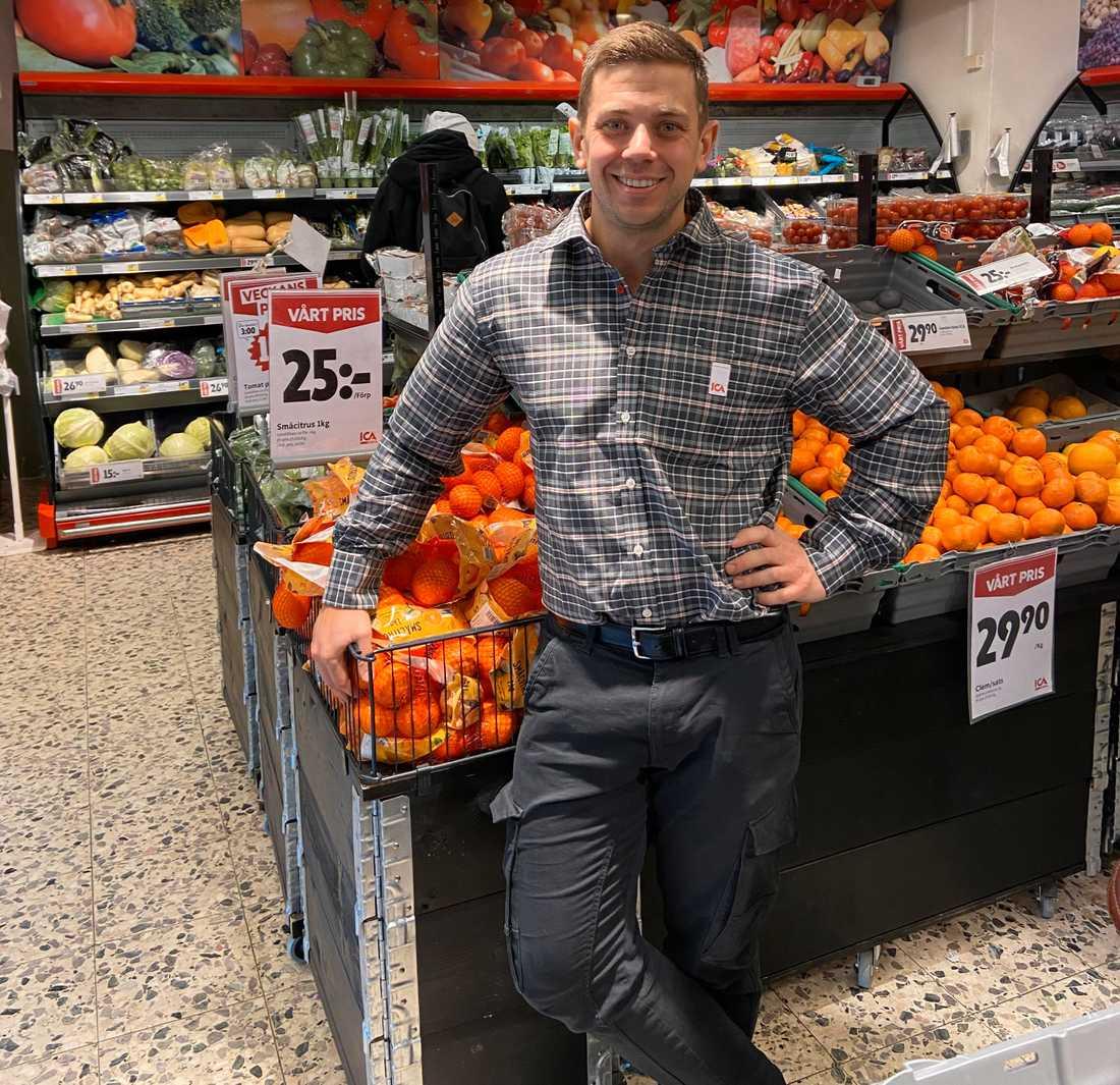 Ica-handlaren Simon Forsslund håller extra öppet i sin butik.