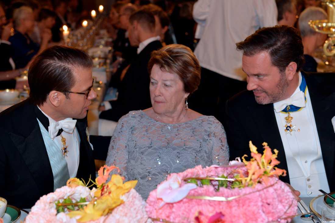 Prins Daniel, Janet McDonald och herr Cristopher O'Neill till bords vid Nobelbanketten i Blå hallen på torsdagen.
