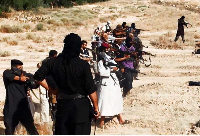 Under en av IS, tidigare kända som ISIS, mest ökända attacker skjuts dussintals irakiska soldater ihjäl i ett grunt dike.
