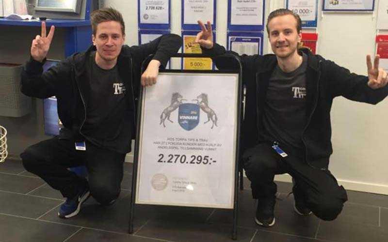 Bröderna Micke och Joakim Olsson hos Torpa Tips & Trav i Vänersborg. (Bilden är tagen vid tidigare storvinst)