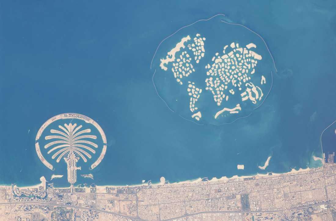 Konstgjorda ö-världar i Dubai: till vänster The Palm, till höger The World.