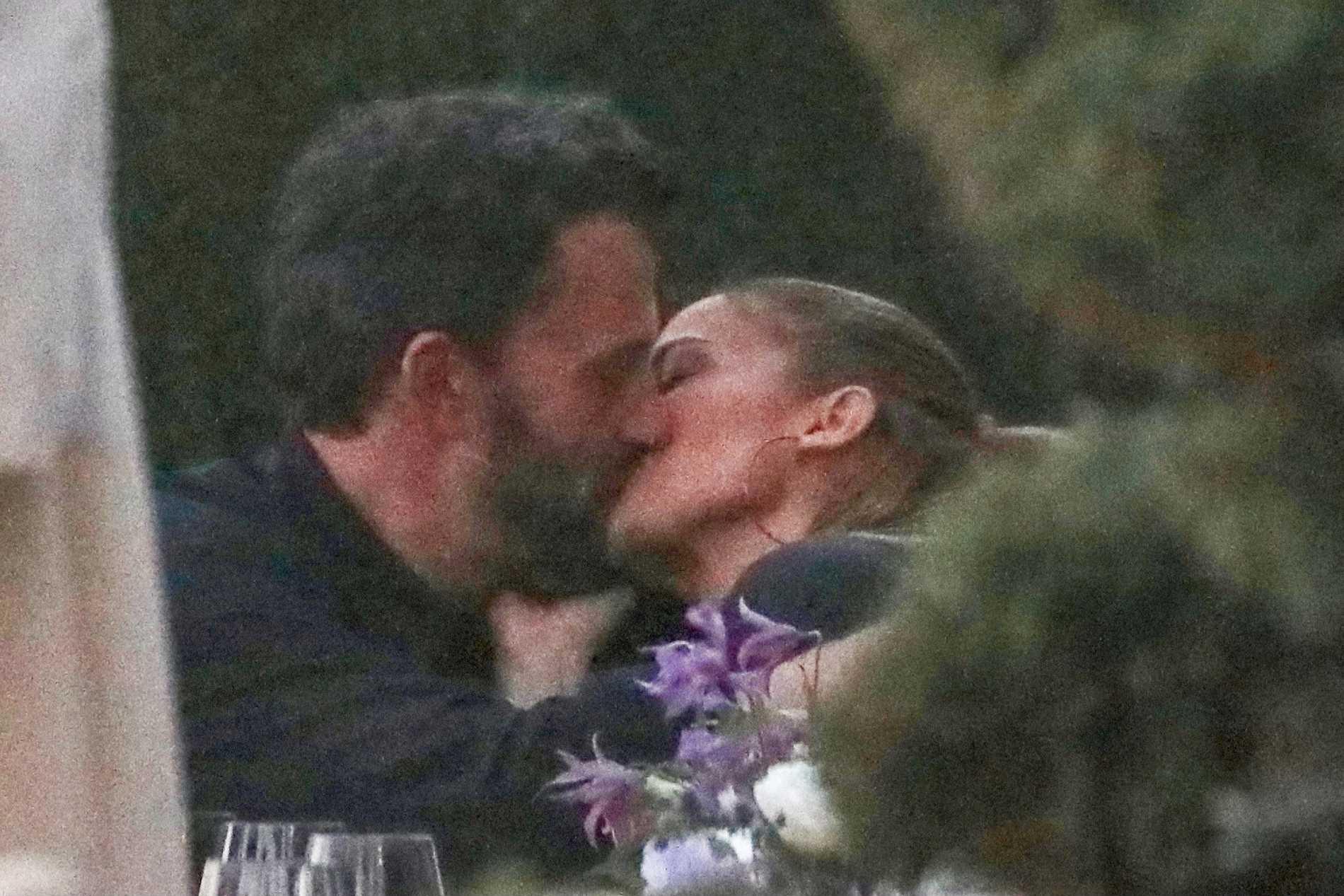 Ben Affleck och Jennifer Lopez i en djup kyss på restarang Nobu i Malibu