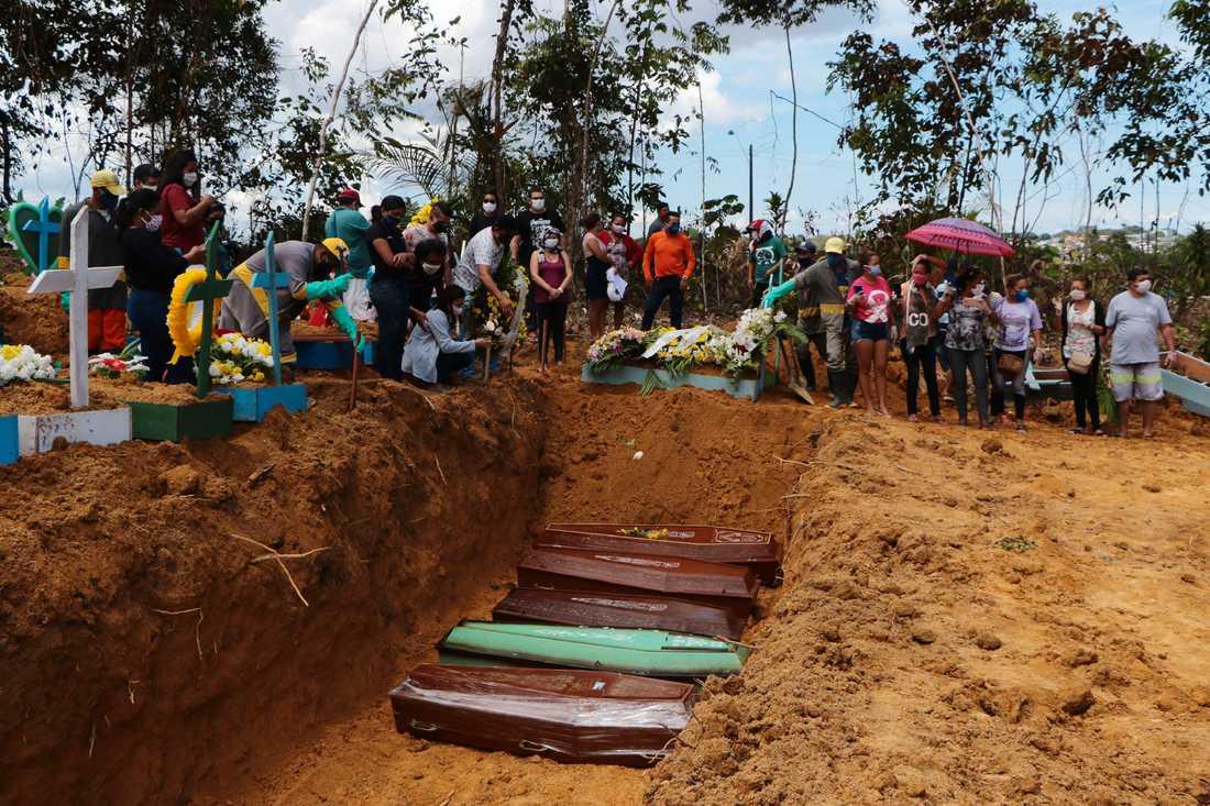 Anhöriga sörjer avlidna som begravs i massgravar i Manaus.