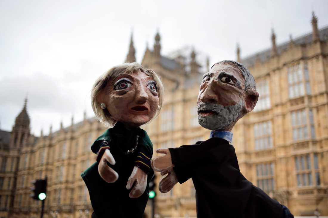 Är premiärminister Theresa May redo att lyssna på vad oppositionsledaren Jeremy Corbyn har att säga? På bilden är de båda politiska motståndarna avbildade som dockor och visas upp framför parlamentet i London.