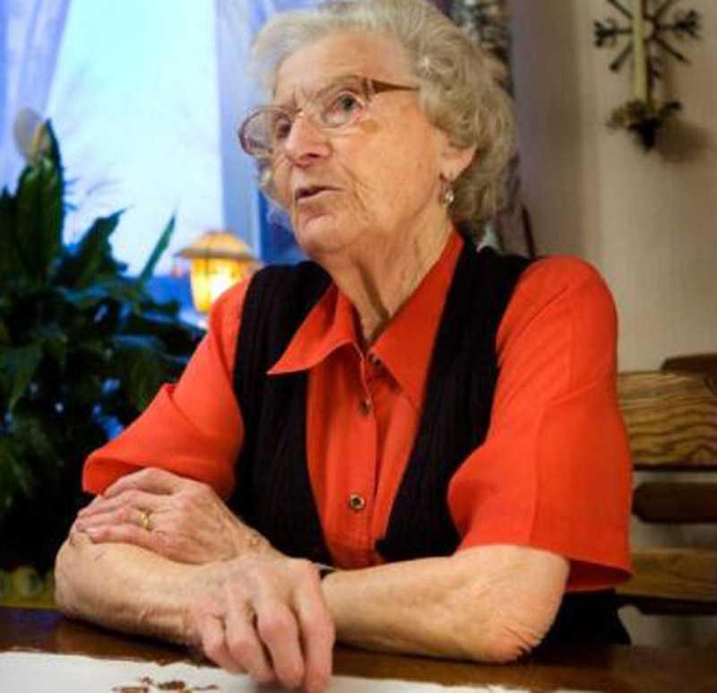 Emmy Hallgren, 90 år, lämnades ensam på en skogsväg av färdtjänst och fick ensam gå i en halvtimme för att komma fram till sin stuga. Chauffören ville inte fortsätta köra när det var halt på vägen.