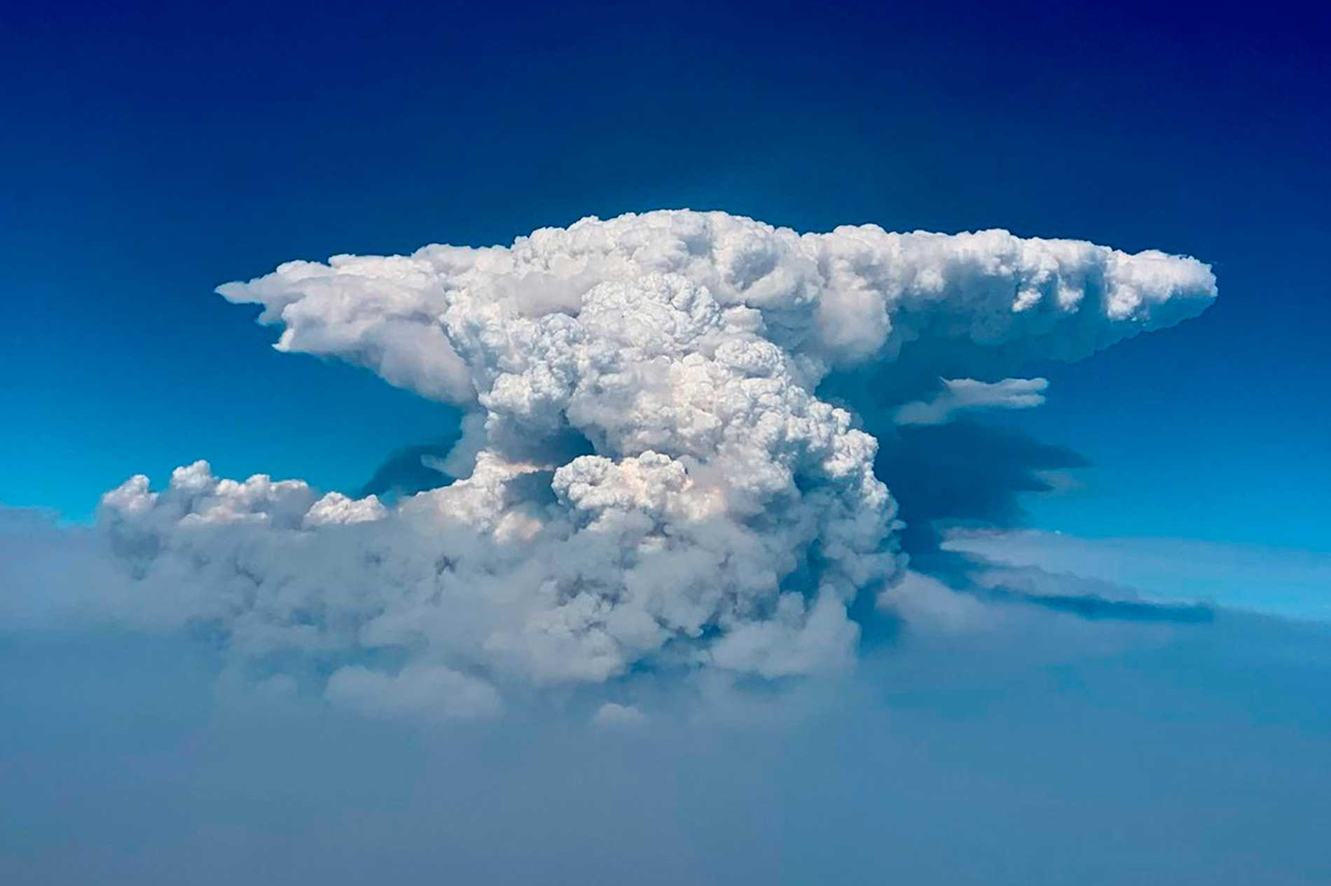 Una nuvola si è formata a seguito di intensi incendi in Oregon.