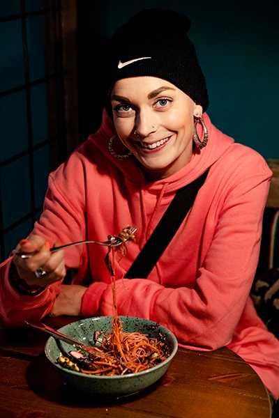"""INSPIRATOR. Sanna Bråding släppt kokboken """"Veganboken"""". I den vill hon inspirera andra att äta mer växtbaserat. """"Det finns flera argument – hälsan, hur vi behandlar djur, klimatet"""" säger hon när vi möter henne på på det ekologiska hälsocaféet Mahalo i Stockholm."""