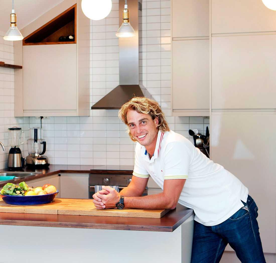 Anders Öfvergård har arbetat som krögare och kock i flera år. Därför hämtades mycket inspiration från de praktiska restaurangköken när han byggde sitt eget kök.