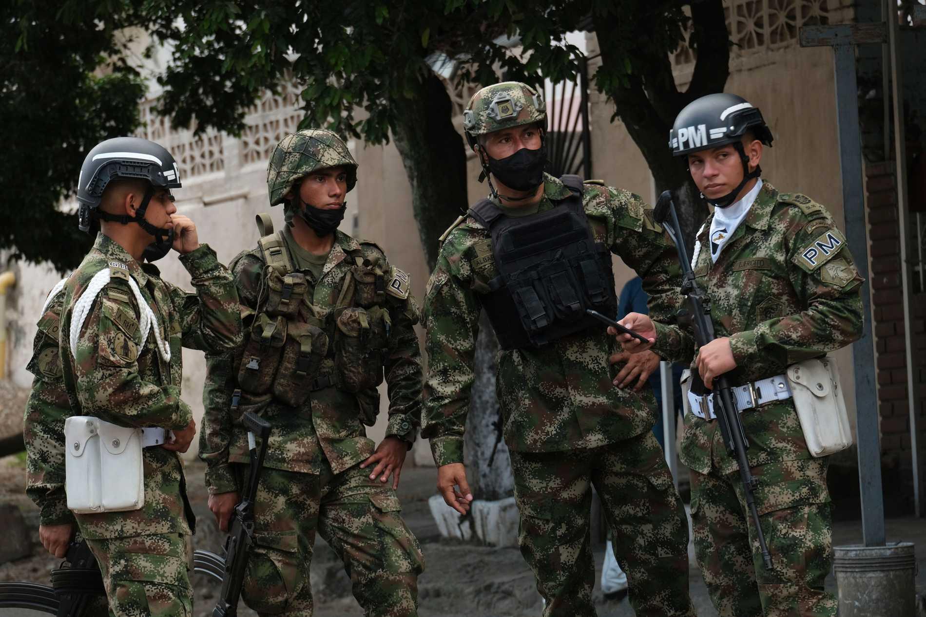 Soldater vaktar vid militärbasen där en bilbomb exploderade på tisdagen.