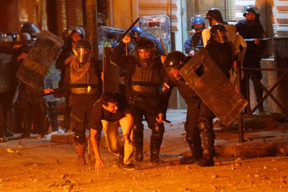Kravallpolis slåss mot demonstranter i Paraguays huvudstad Asunción.