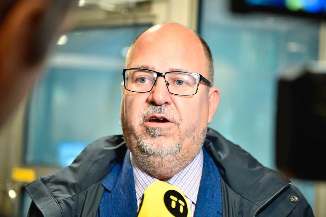 LO:s ordförande Karl-Petter Thorwaldsson kommenterar de senaste opinionsmätningarna på väg in till Socialdemokraternas partistyrelse i högkvarteret på Sveavägen i Stockholm.