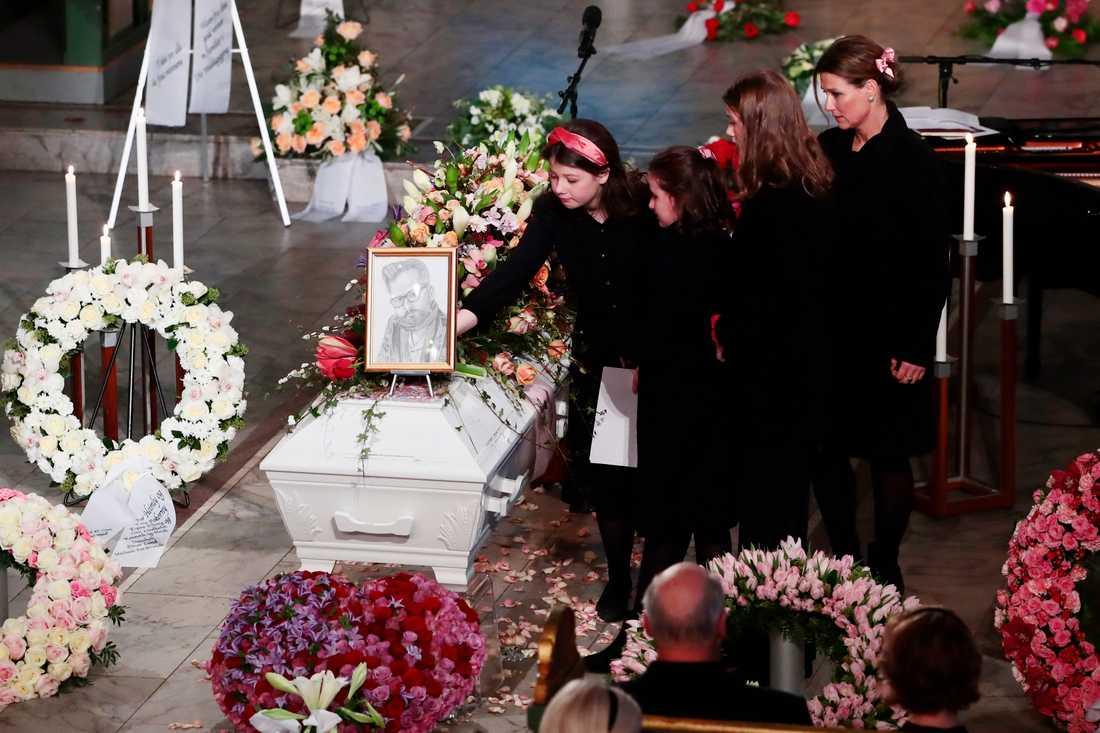Ari Behns barn och exmakan prinsessan Märtha Louise, vid begravningen i Oslos domkyrka.