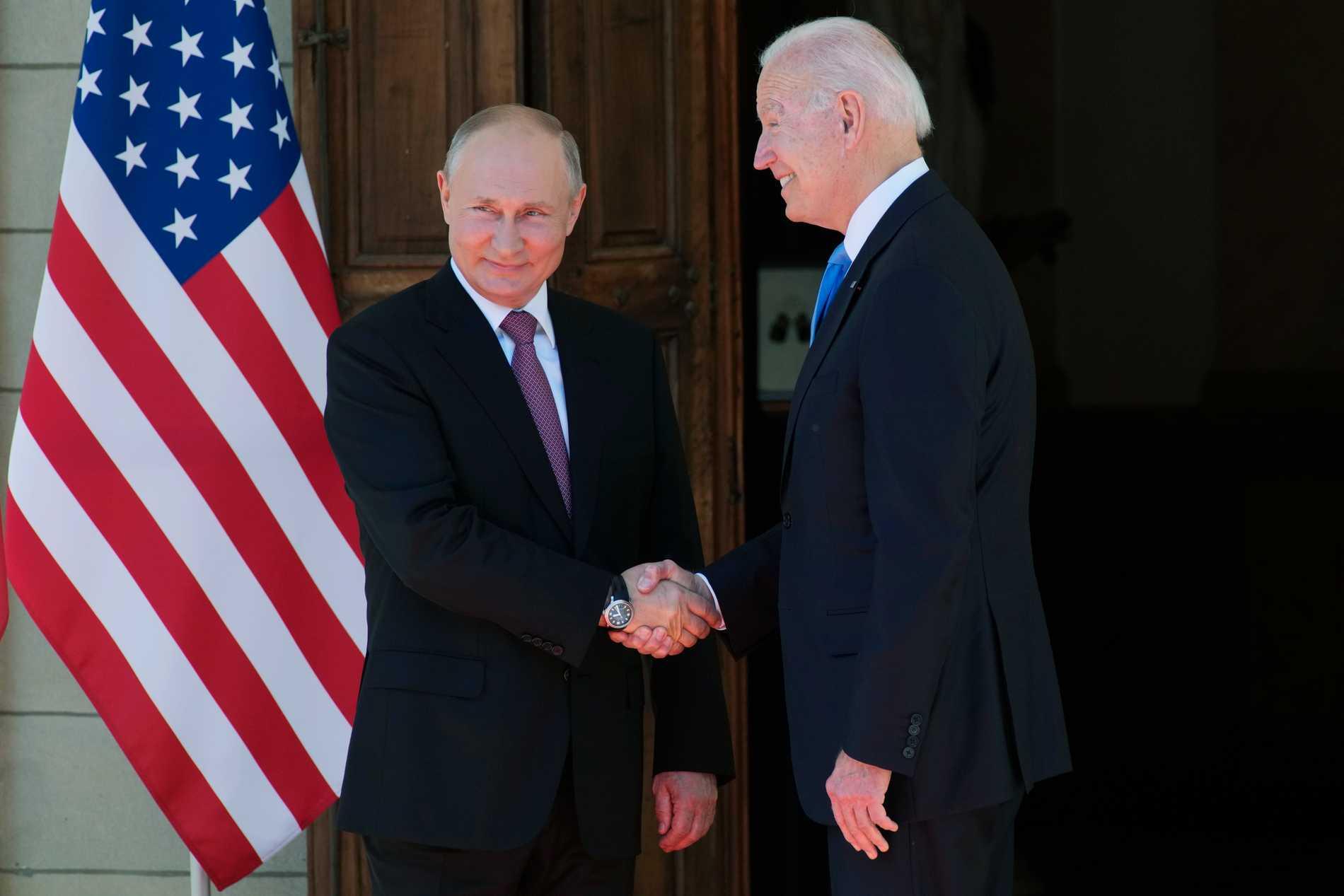 Vlaidmir Putin och Joe Biden hälsar på varandra i Genève.