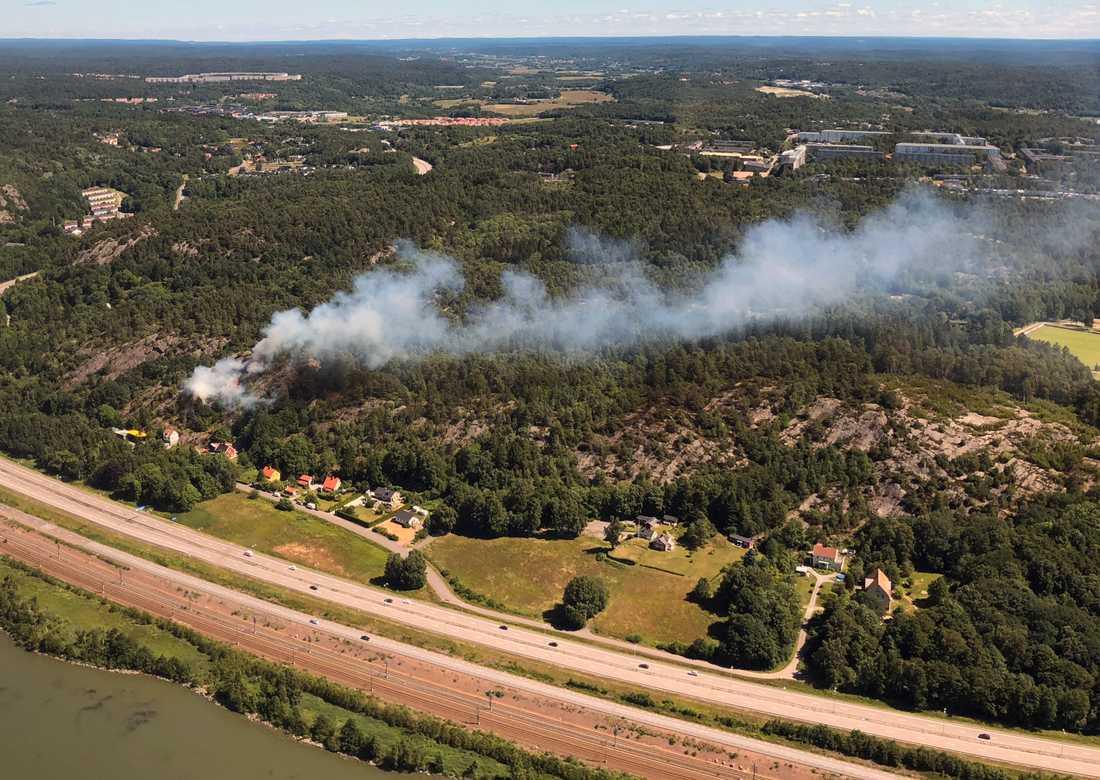 Det brinner i ett skogsområde nära Angered i Göteborg