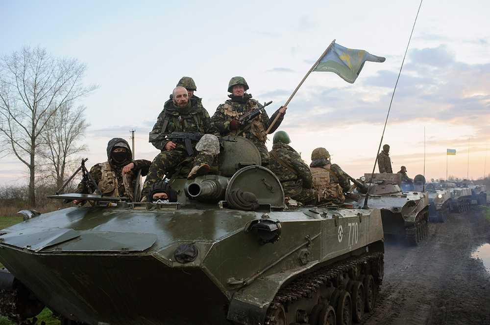 Ukrainsk militär i stridsvagnar. Bilden togs på måndagen.