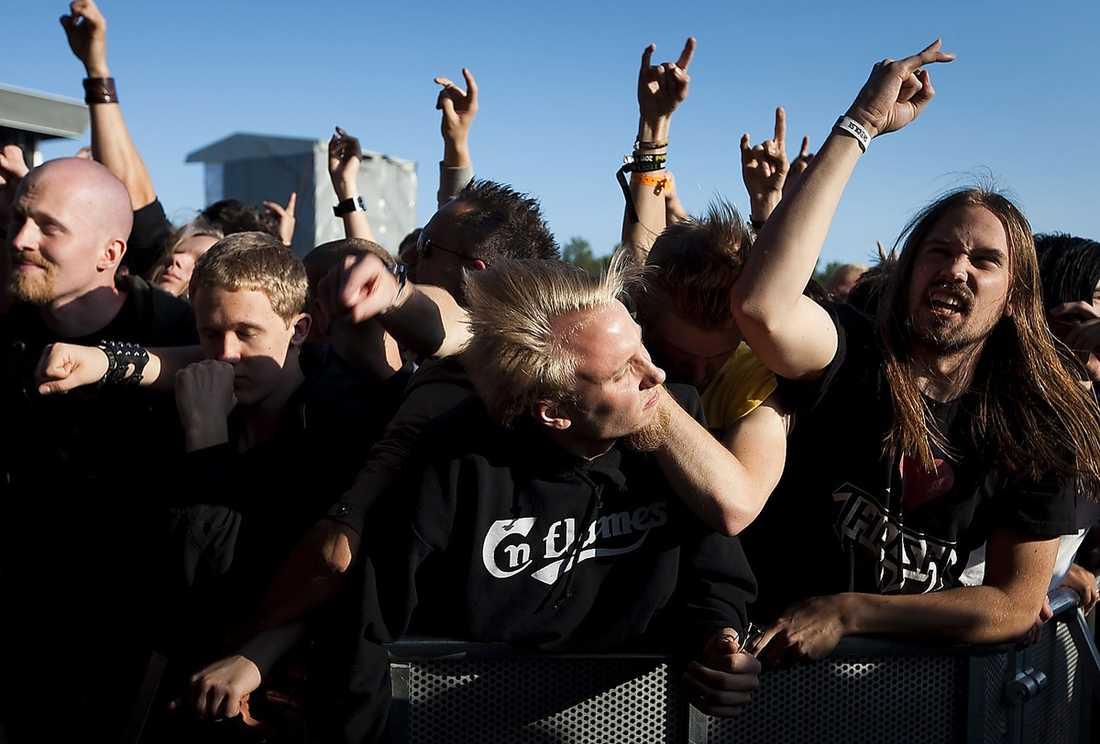 Fans längst framme vid scenen på Metaltown. Bilden är tagen vid en annan konsert.