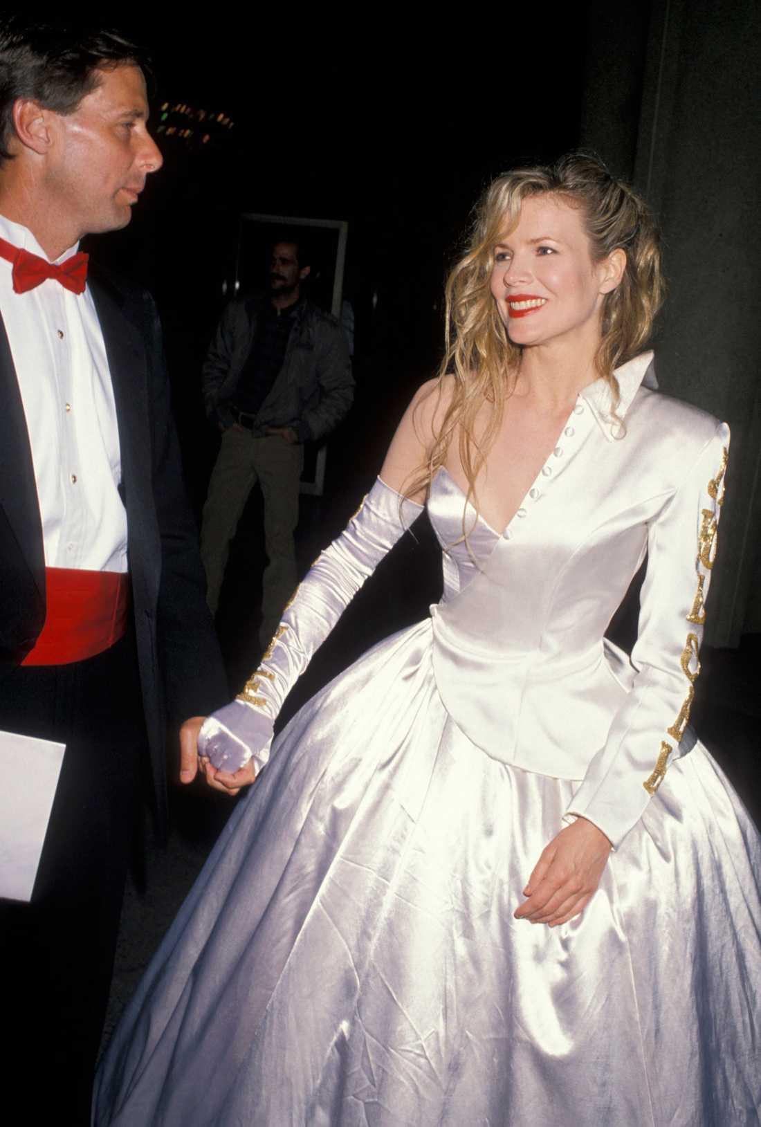 """Kim Basinger 1990 """"Ibland ska man lämna visst jobb åt dem som vet hur man gör. Kim Basinger designade själv den här, tja, saken som är någon slags mix av galaklänning och en halv kavaj. Ingen fattade någonting."""""""