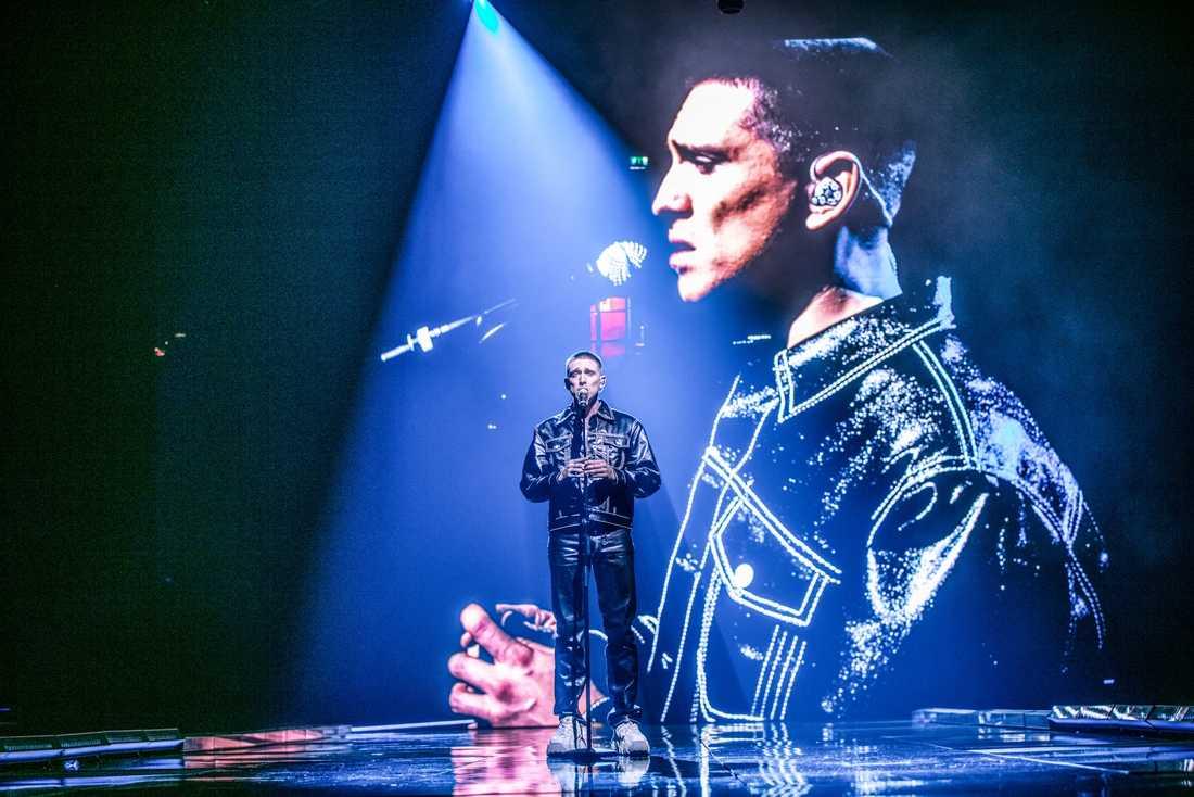 """Danny Saucedo förenar mode och popmusik i krogshowen """"The Run(a)way Show""""."""
