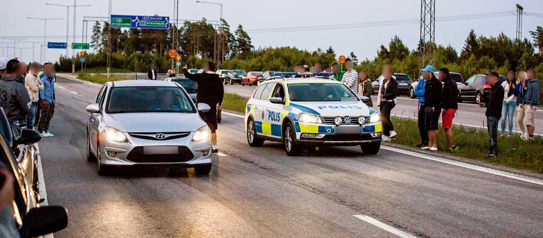 På bilden syns hur polisbilen ställer sig jämte en annan bil vid ett streetrace.