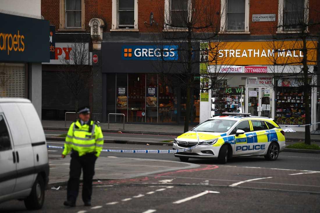 Polis på Streatham High Road i södra London sedan en man knivhuggit flera personer och sedan skjutits till döds av polis.