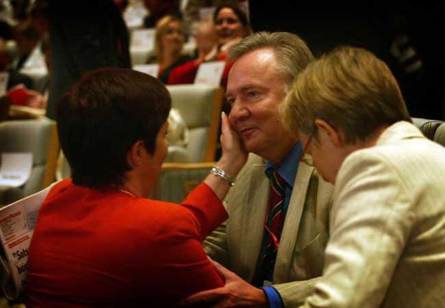 Socialdemokraternas extra partikongress i Folkets Hus. Bo Holmberg tillsammans med Mona Sahlin (S) och LO:s ordförande Vanja Lundby-Wedin.