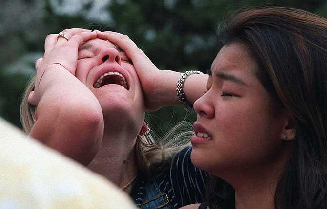 Studenter i chock och sorg på en krishanteringsplats nära skolan under dagen för massakern.