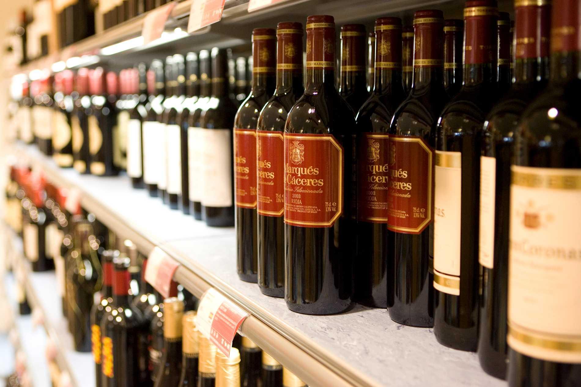 Vinflaskor på rad. Bilden är en legal systembolagsbutik. Arkivbild.