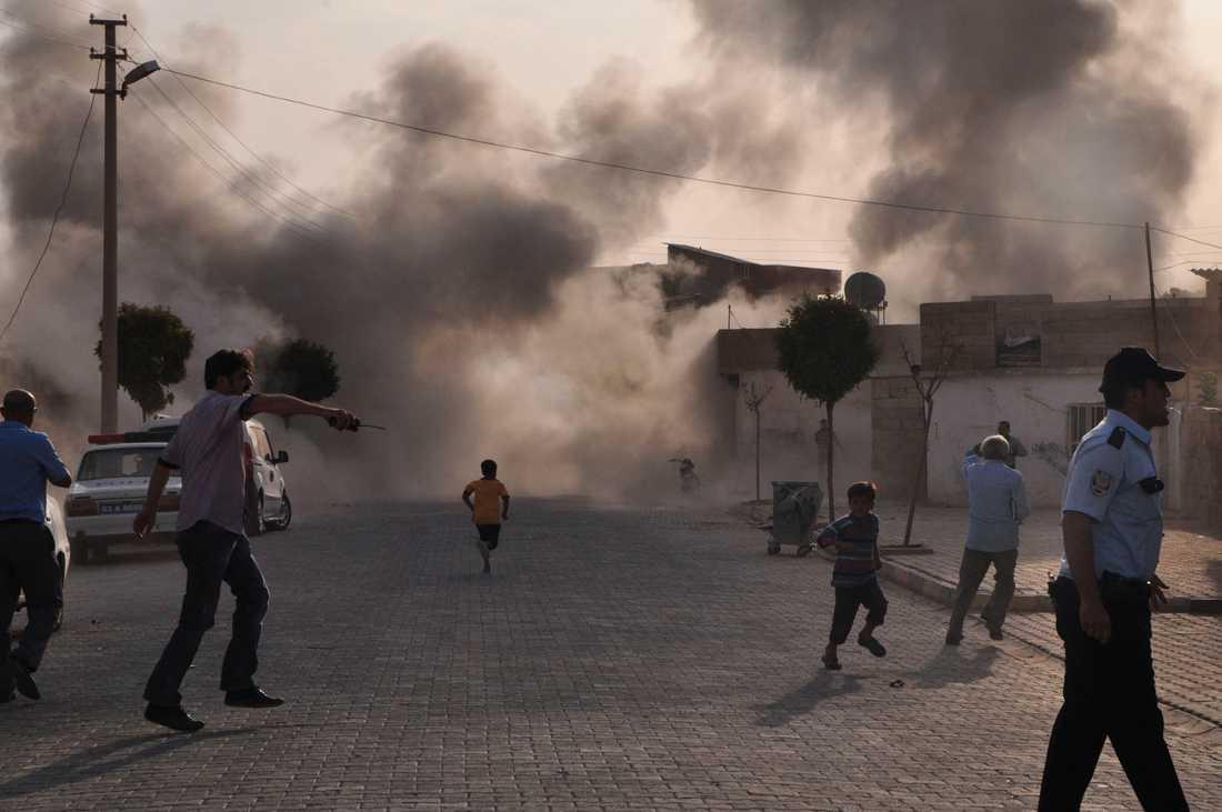 Röken från granatattacken från den syriska sidan låg tät över byn Akcakale tidigare idag. Minst fem personer dog.