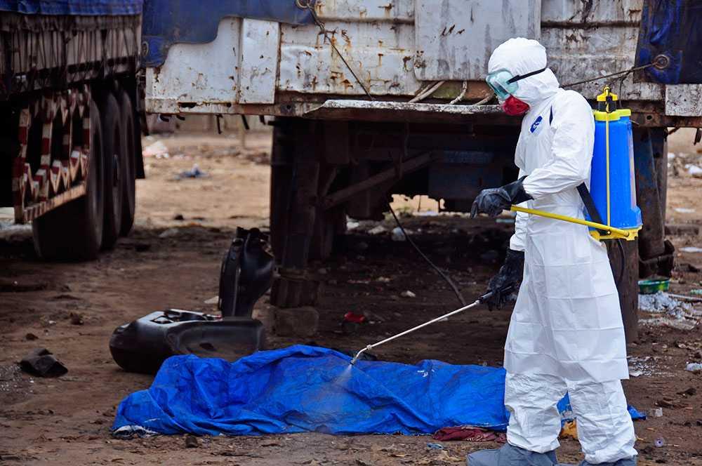 En man som hittats död misstänks ha avlidit av ebola.