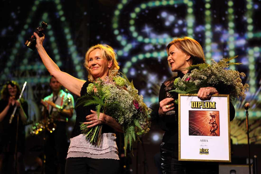 Tack för musiken. Under Rockbjörnens 30-årsjubileum 2009 delades Rockbjörnens lifetime achievementpris ut till en svensk artist, person eller grupp som genom sitt arbete starkt influerat och utvecklat den svenska musikscenen under hela eller stora delar av Rockbjörnens 30-åriga livstid. Priset delades ut en gång och ABBA vann omröstningen. Det togs emot av två hemliga gäster som nästan aldrig har synts på samma scen sedan gruppen splittrades: Agnetha Fältskog och Anni-Frid Lyngstad. Det var inte bara magi. Det var en världsnyhet också.